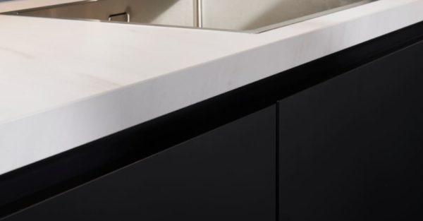marmerlook aanrecthblad op mat zwarte keuken